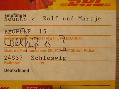 """Foto von einem Paketaufkleber mit der seltsamen Adresse """"Beowuf 15"""""""