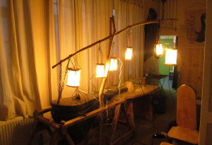 mehrere Lampen aus Rohhaut mit Elektrokabeln