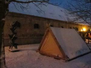 Unser Zelt, in morgendlicher Frühe noch geschlossen, im Schlosshof