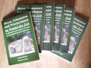mehrere Bände des Buches Hexen, Schamanen und Priesterinnen im Wandel der Zei