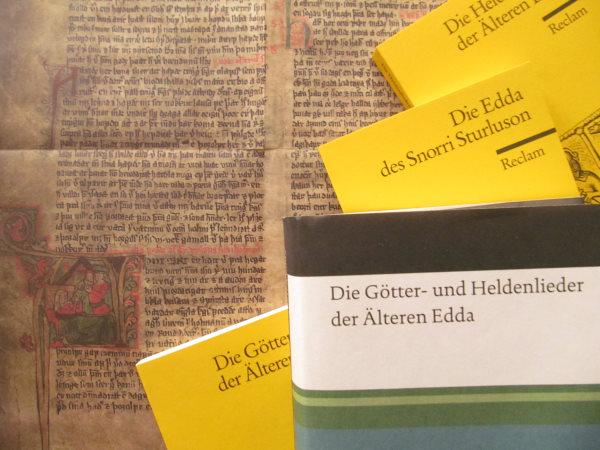 Auf einem Plakat, das eine mittelalterliche Handschrift mit Miniaturen zeigt, liegen verschiedene Buchausgaben von Edda-Übersetzungen.