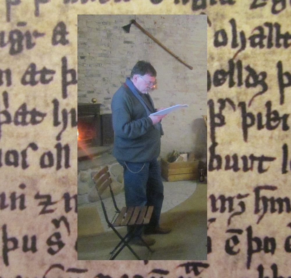 Vor einem Hintergrund, der Buchstaben eines alten Manuscripts zeigt, ist das Bild vom vortragenden Gardenstone eingefügt.