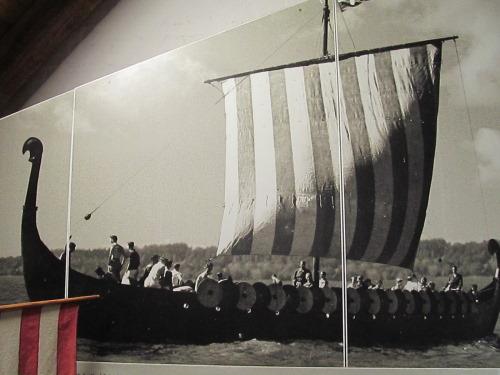Schwarzweiß-Foto eines Drachenbootes
