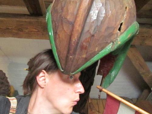 Verglichen mit meinem Kopf, den ich gerade vorsichig in das Maul des Drachenkopfes stecke, ist dessen Größe beachtlich.