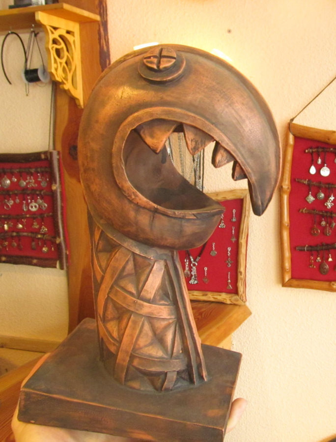 Drachenkopf, der insgesamt rundlich geformt ist und ein Maul wie ienen Schnabel hat.