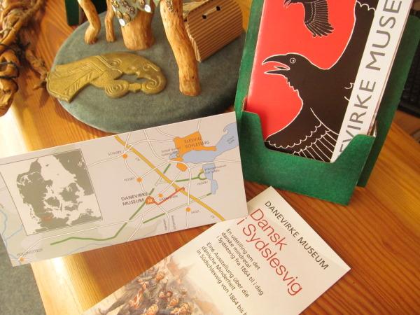 Faltblätter des Museums auf unserem Tresen