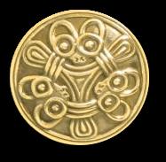 rundes Amulett mit drei Tierköpfen, die große Ohren und runde Augen haben, mittig ein dreigeteiltes Flechtornament