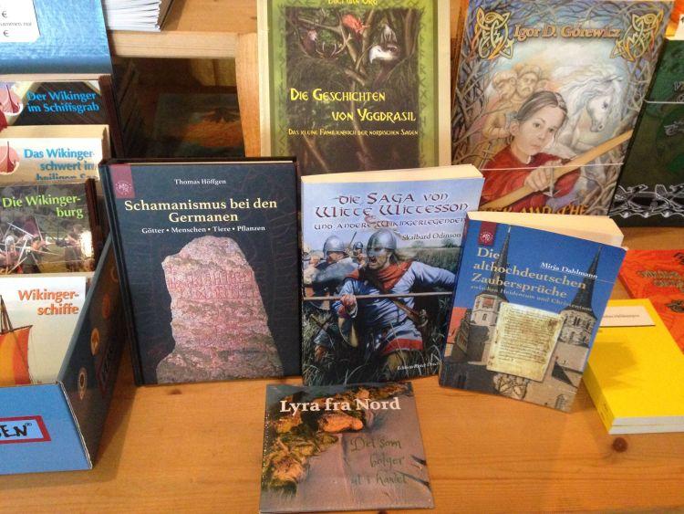 Verschiedenen Bücher und eine CD im Laden zur Vorstellung zusammengelegt.