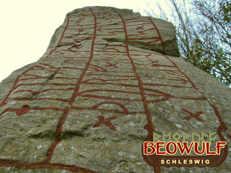 Eine Fotoaufnahme, bei der der Runenstein zwischen Busdorf und Selk von ganz unten nach oben fotografiert wurde.