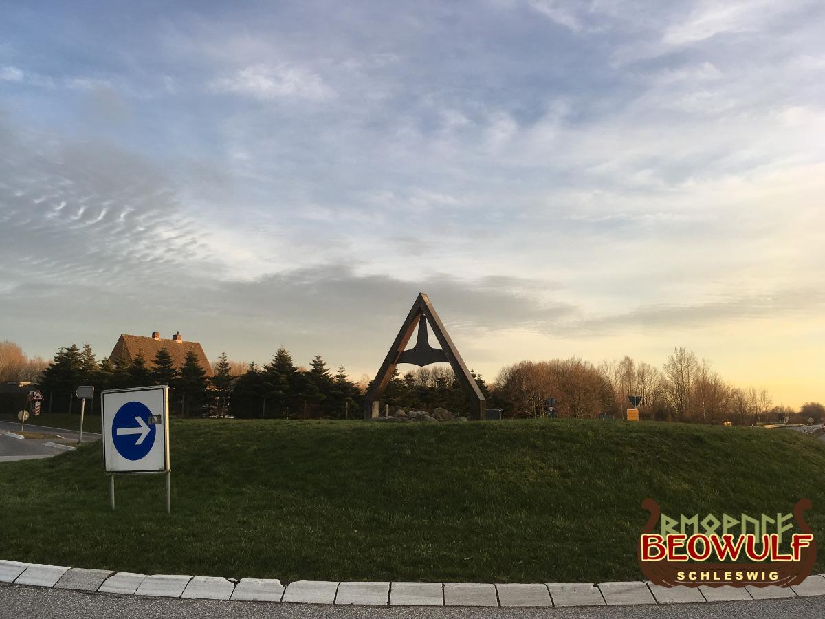 Auf der Insel im Kreisverkehrs befindet sich der größte Thorshammer der Weltt, der an einer dreieckigen Halterung aufgehängt ist.