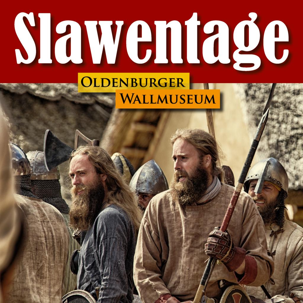 Ein Schriftzug mit dem Namen der Veranstaltung, darunter zwei Männer, die Kleidung und Waffen im frühmittelalterlichen Stil haben, im Hintergrund unscharf lehmverputzte Häuser mit Reetdach.