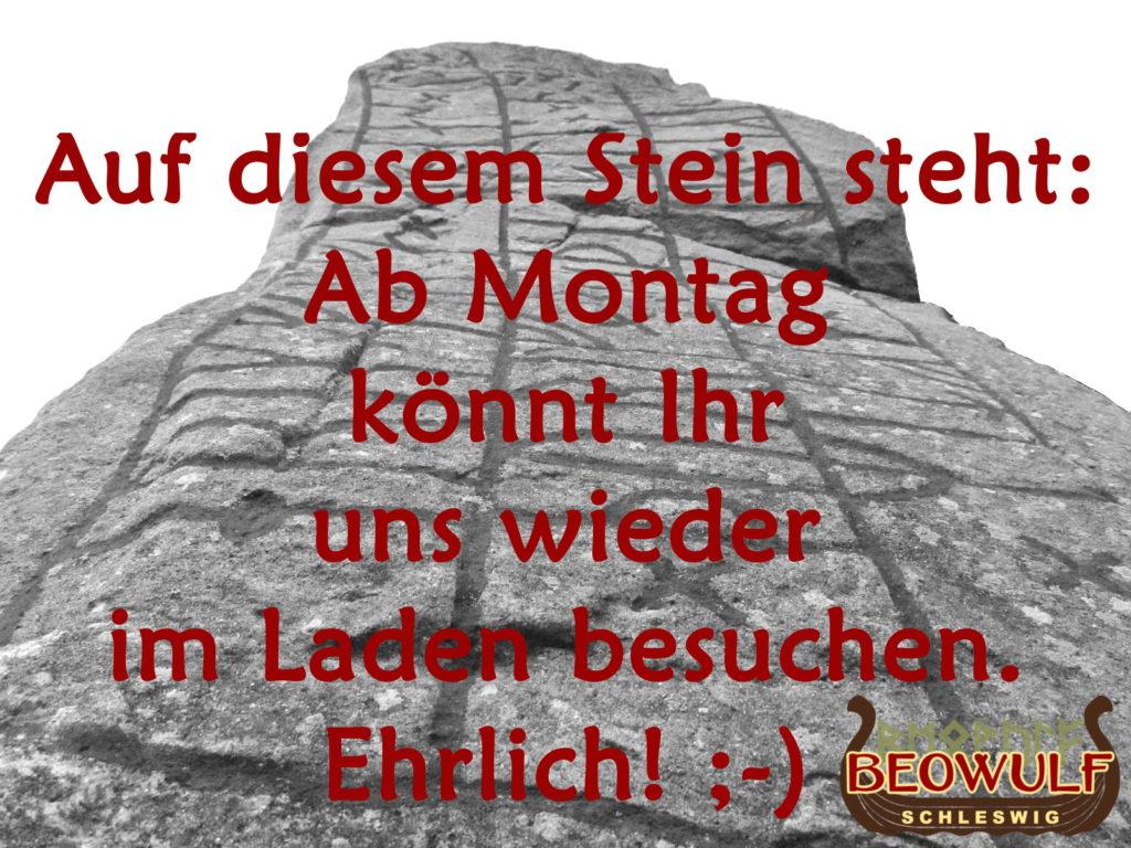 Vor dem Foto des Runensteins von Selk ist ein Text zu lesen, der über das Datum der Ladenöffnung im März 2021 informiert.